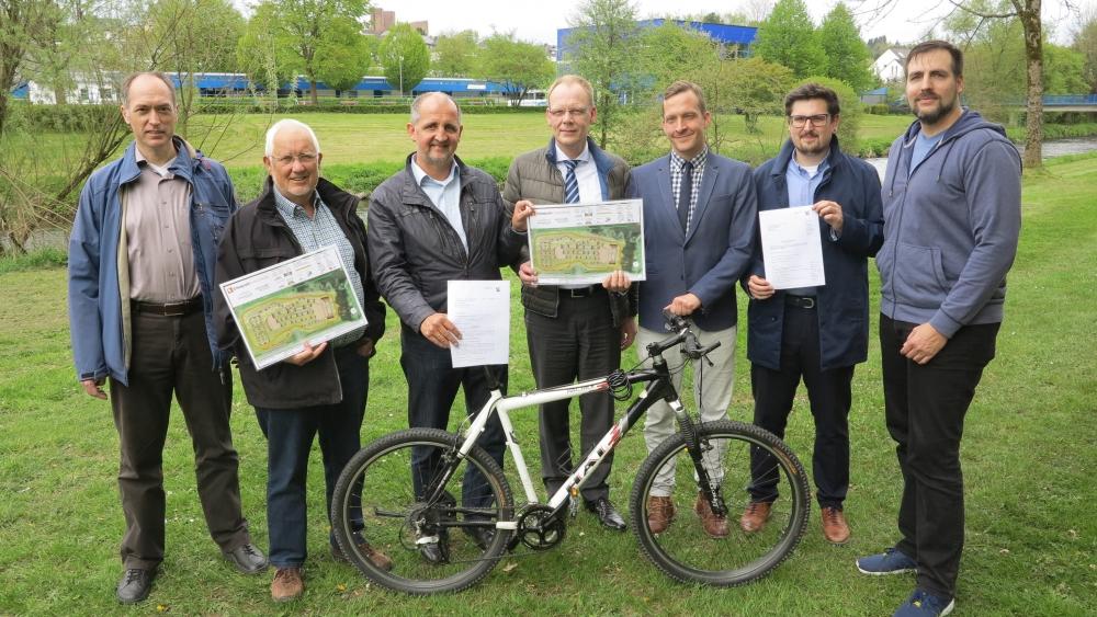 Bewilligungsbescheid zum Bikepark übergeben
