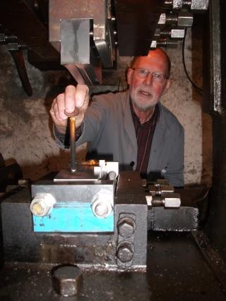 Anschaffung einer Münzprägemaschine in der Besteckfabrik Fleckenberg